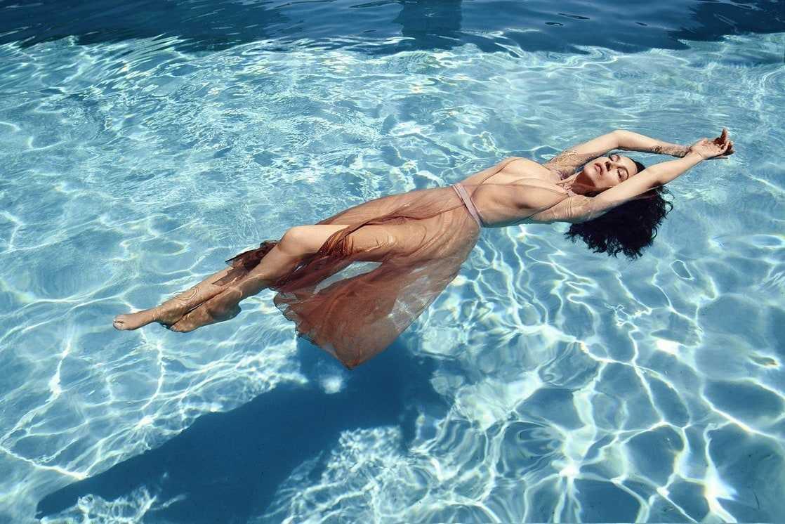 Monica Bellucci sexy legs pics