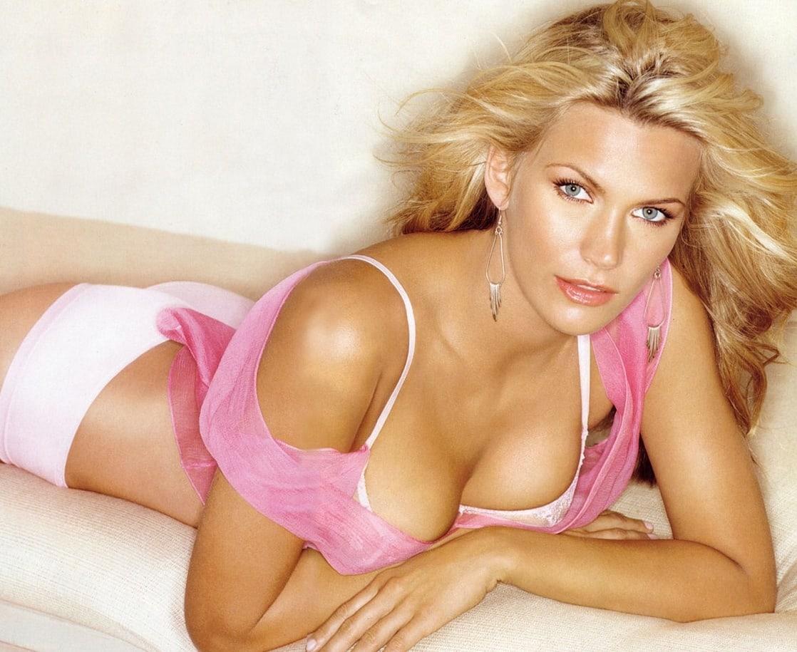 Natasha Henstridge hot cleavage pics (2)