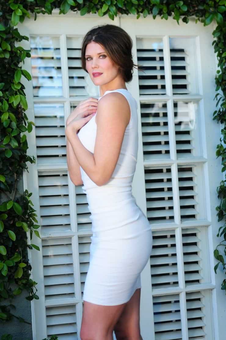 Sarah Lancaster side butt