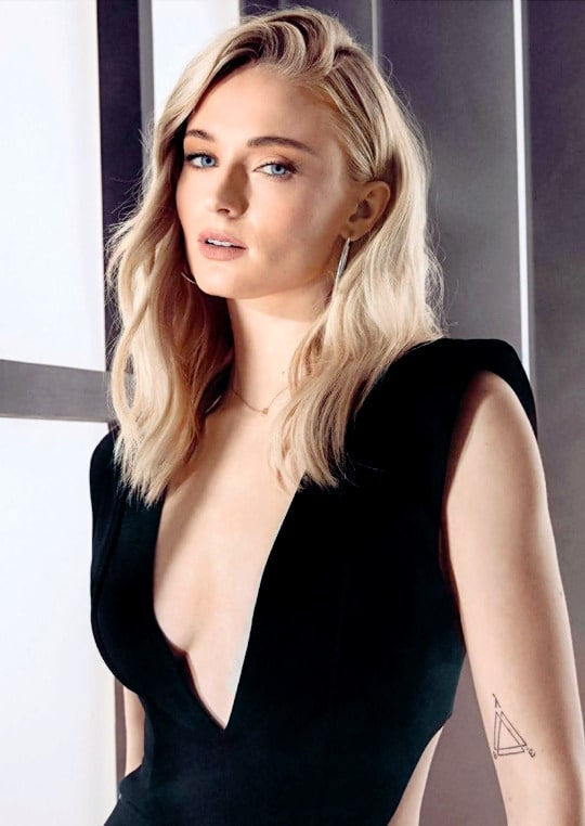 Sophie Turner sexy cleavage