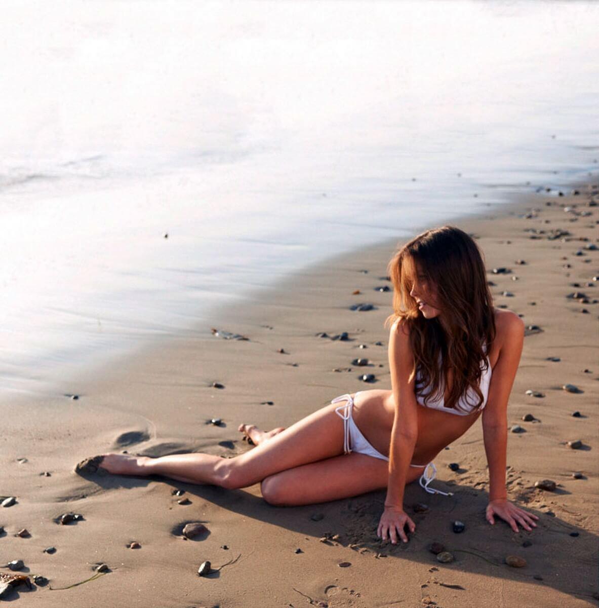 Summer Glau hot bikini pics
