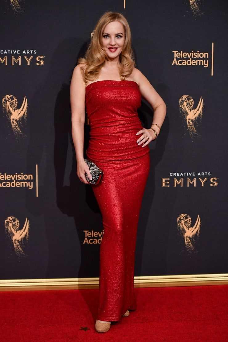Wendi McLendon-Covey hot red dress pics