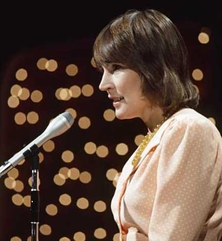 helen reddy on the mic