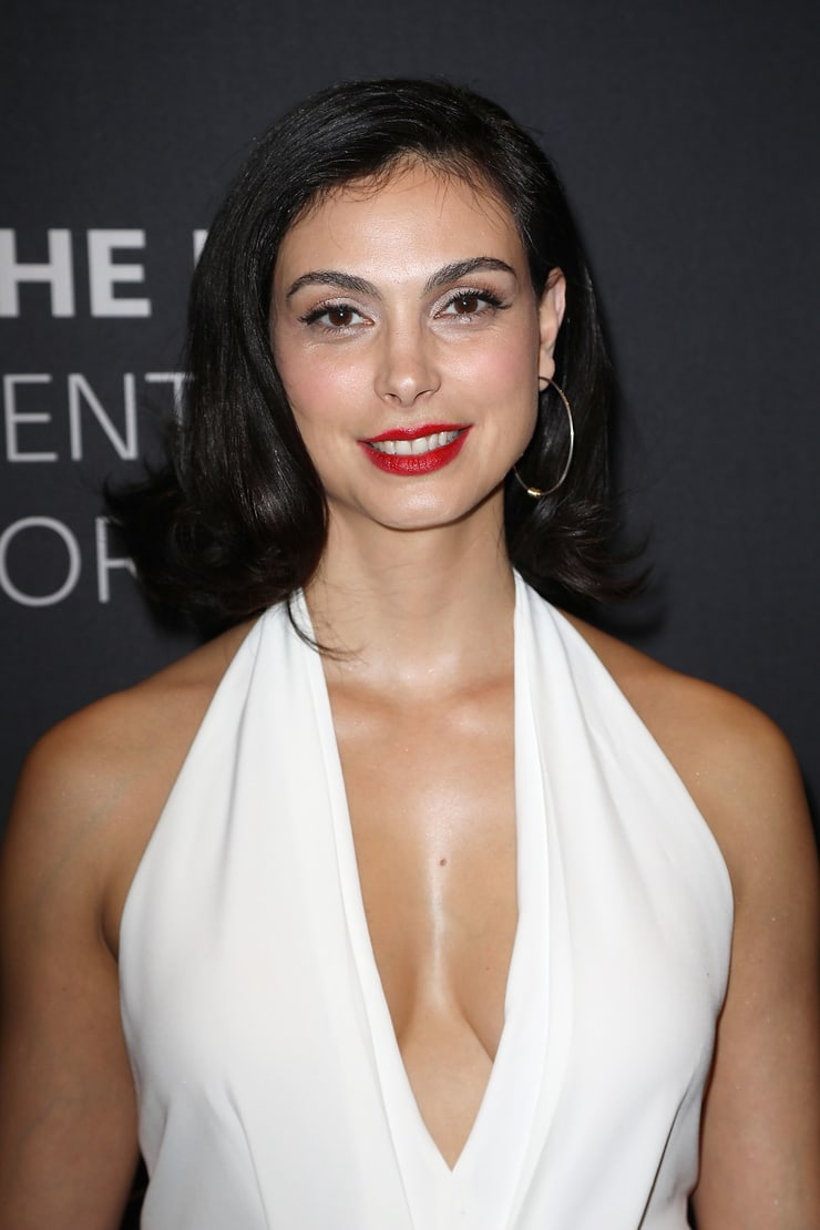 morena baccarin sexy cleavage