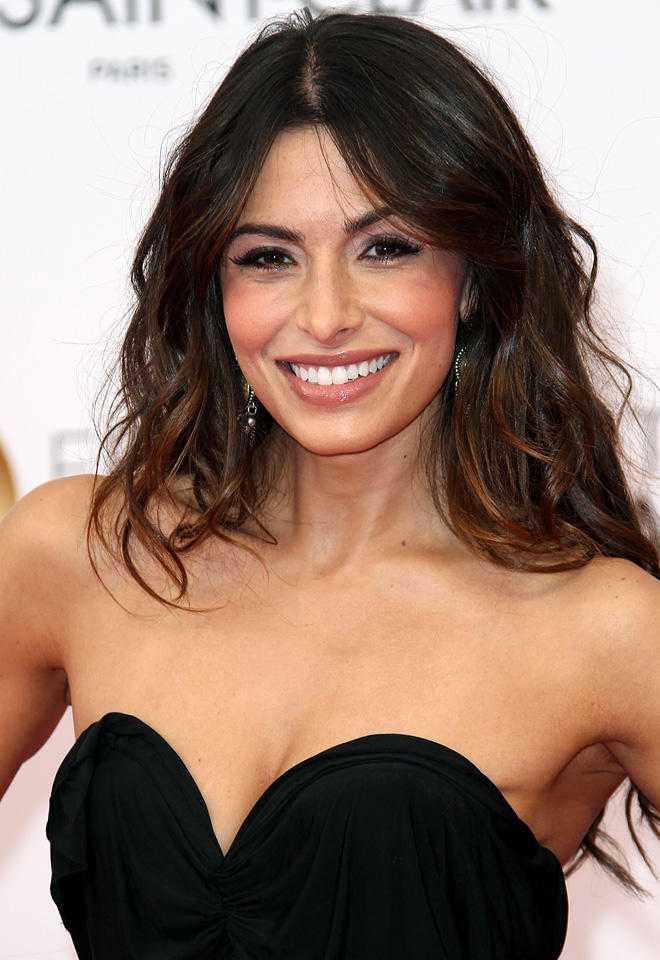 sarah shahi cleavage pics