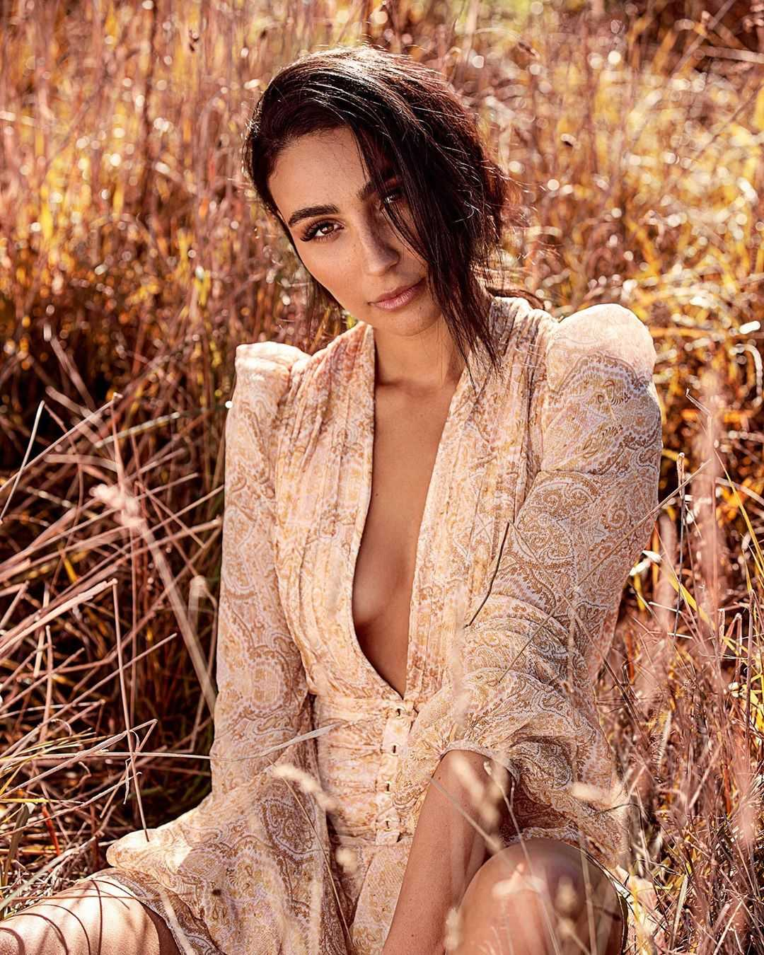 tayla damir cleavage