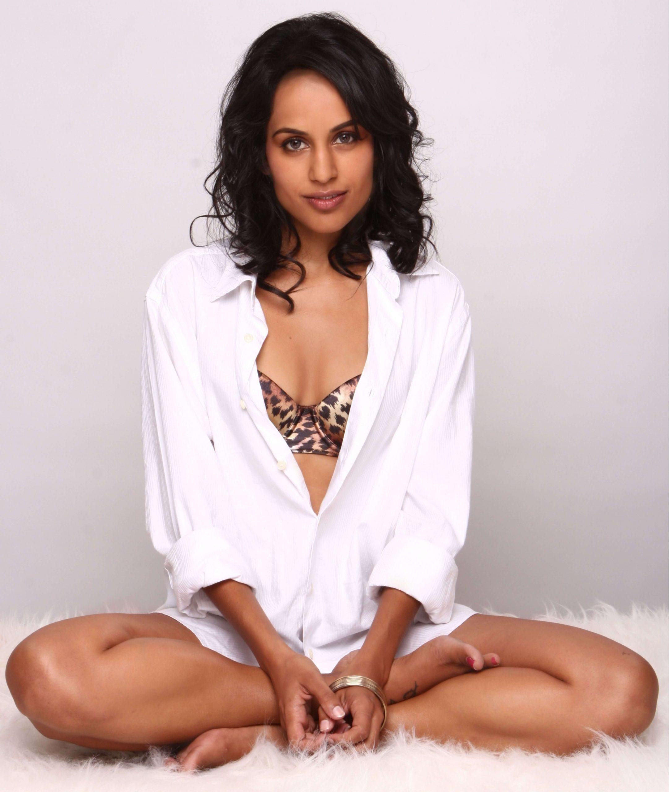 Agam Darshi hot cleavage pics