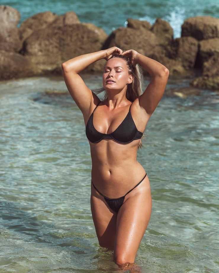 Anne Julia side boobs