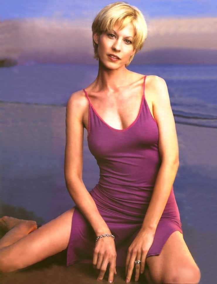 Jenna Elfman cleavage
