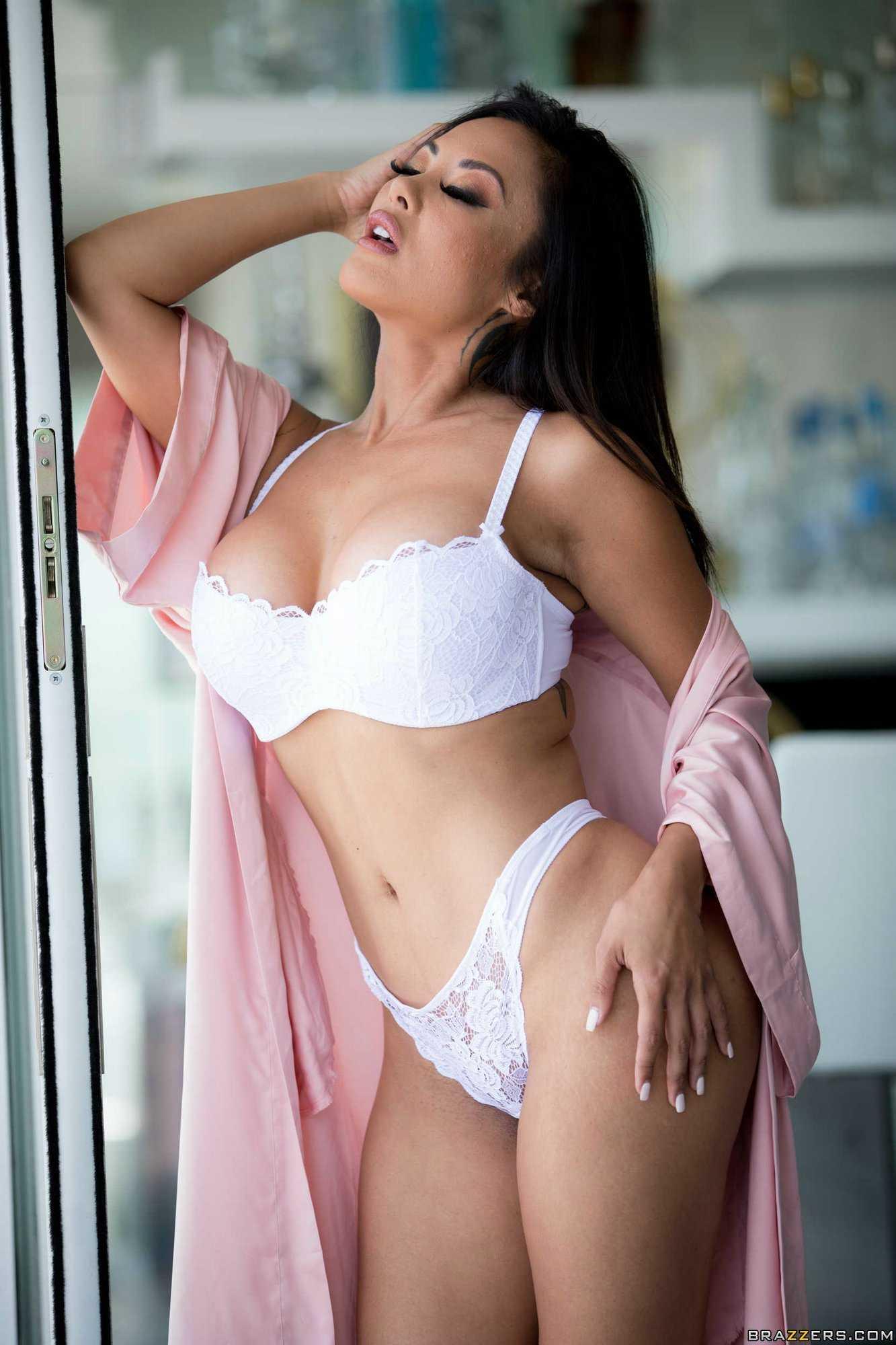 Kaylani Lei sexy cleavage