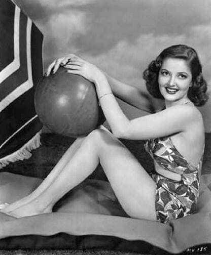 Martha Vickers sexy thighs pic (2)