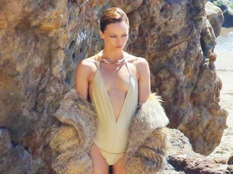 Vanessa Paradis hot cleavage