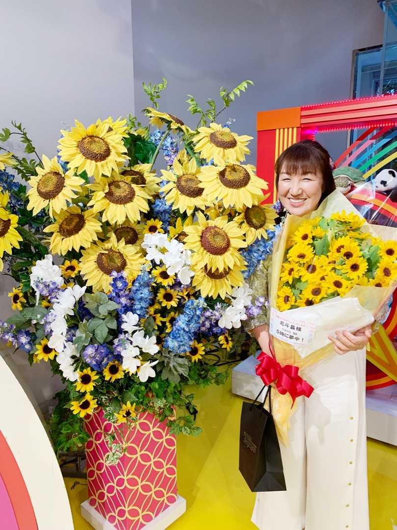 akira hokuto with flower bunch