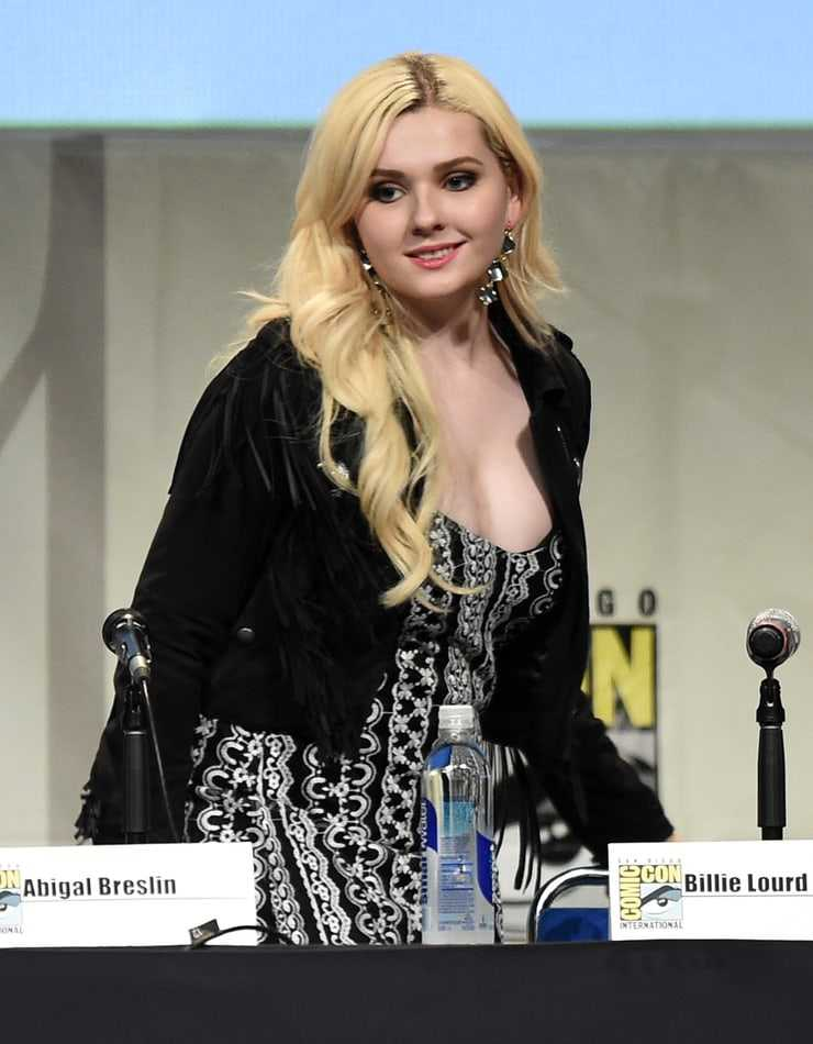 Abigail Breslin hot cleavage pic (2)