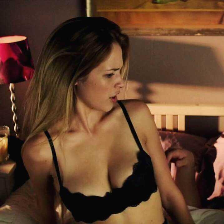 Alexis Knapp hot cleavage