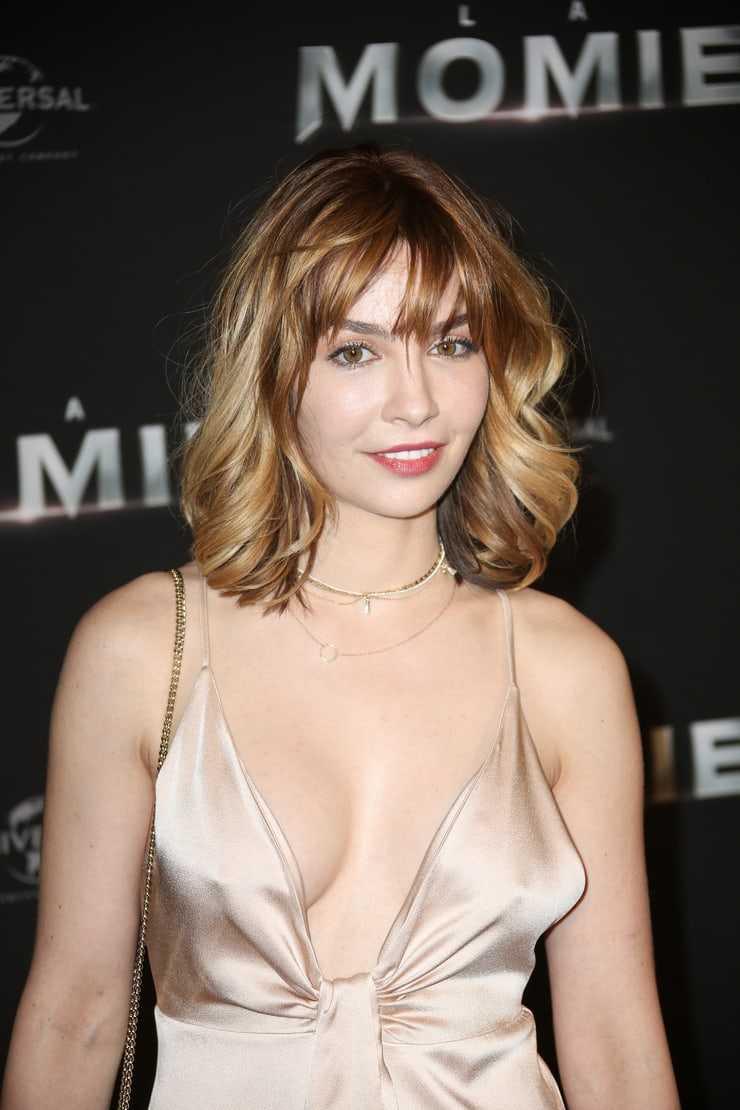 Alix Bénézech boobs cleavage