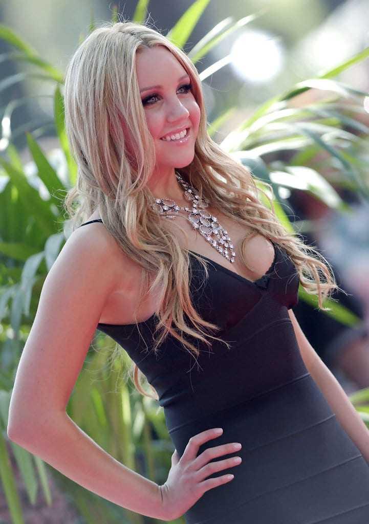 Amanda Bynes hot cleavage