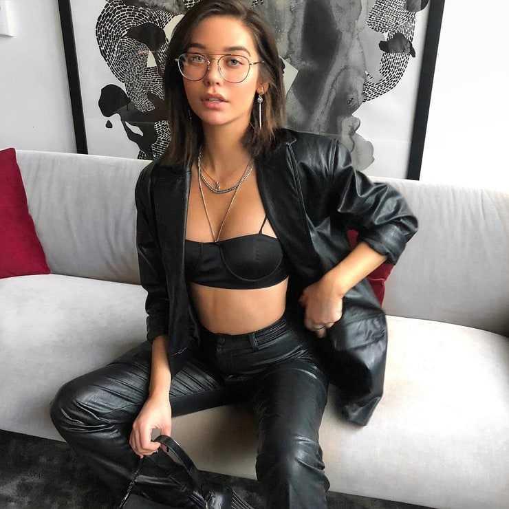 Amanda Steele sexy cleavage