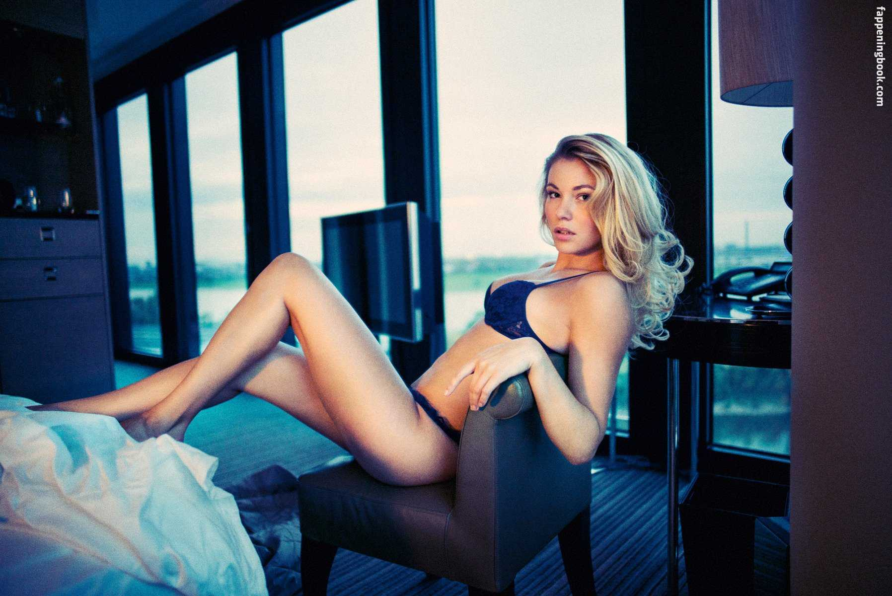 Amelie Klever sexy look