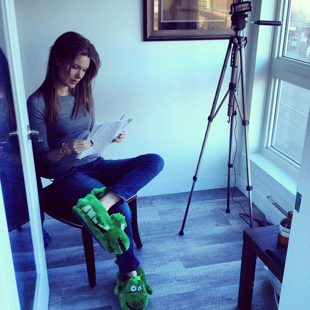 Anna Van Hooft feet