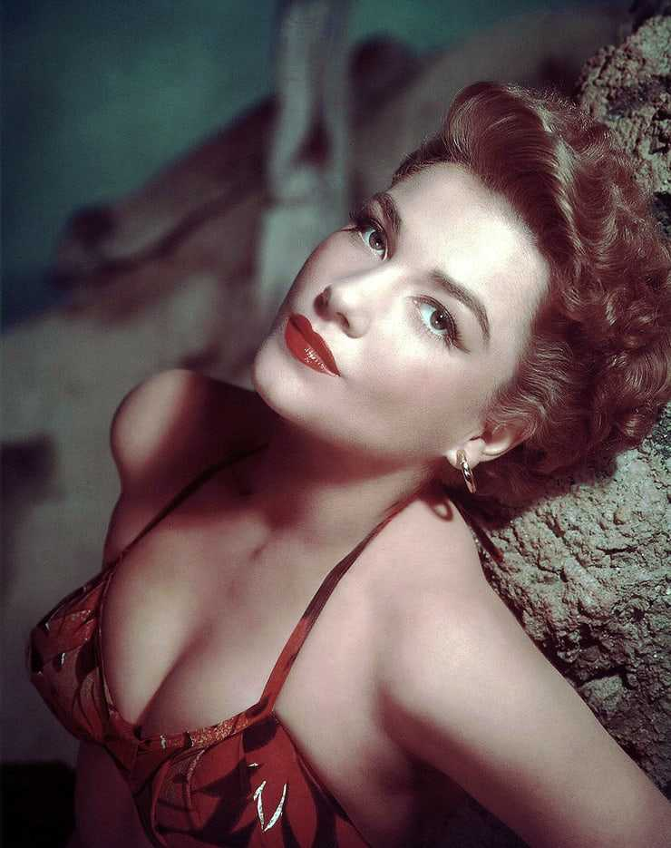 Anne Baxter hot cleavage pic