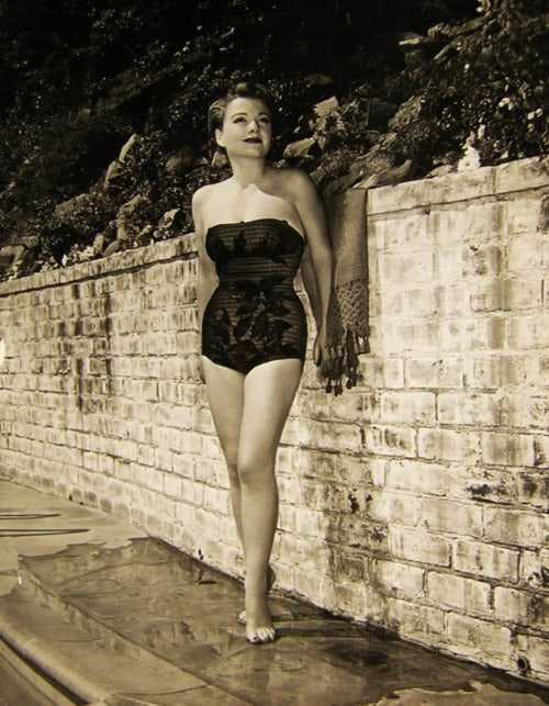 Anne Baxter hot look