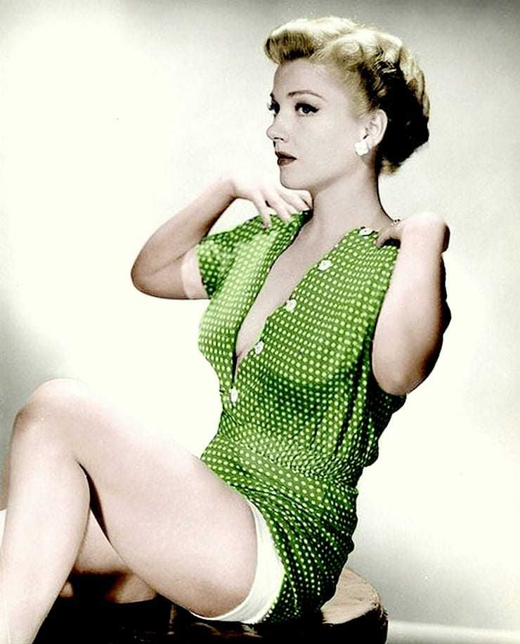 Anne Baxter sexy thighs pic