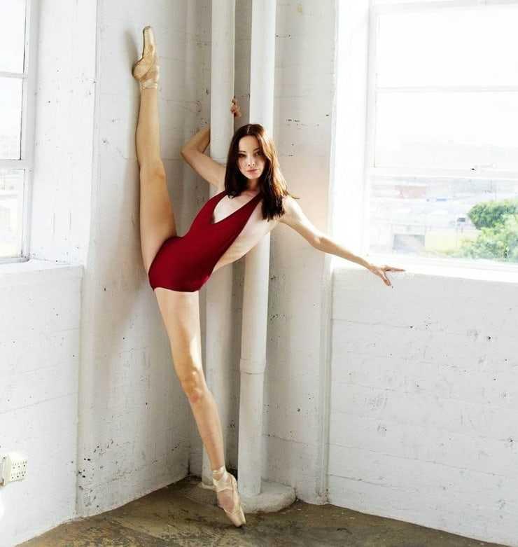 Emma Dumont bare feet