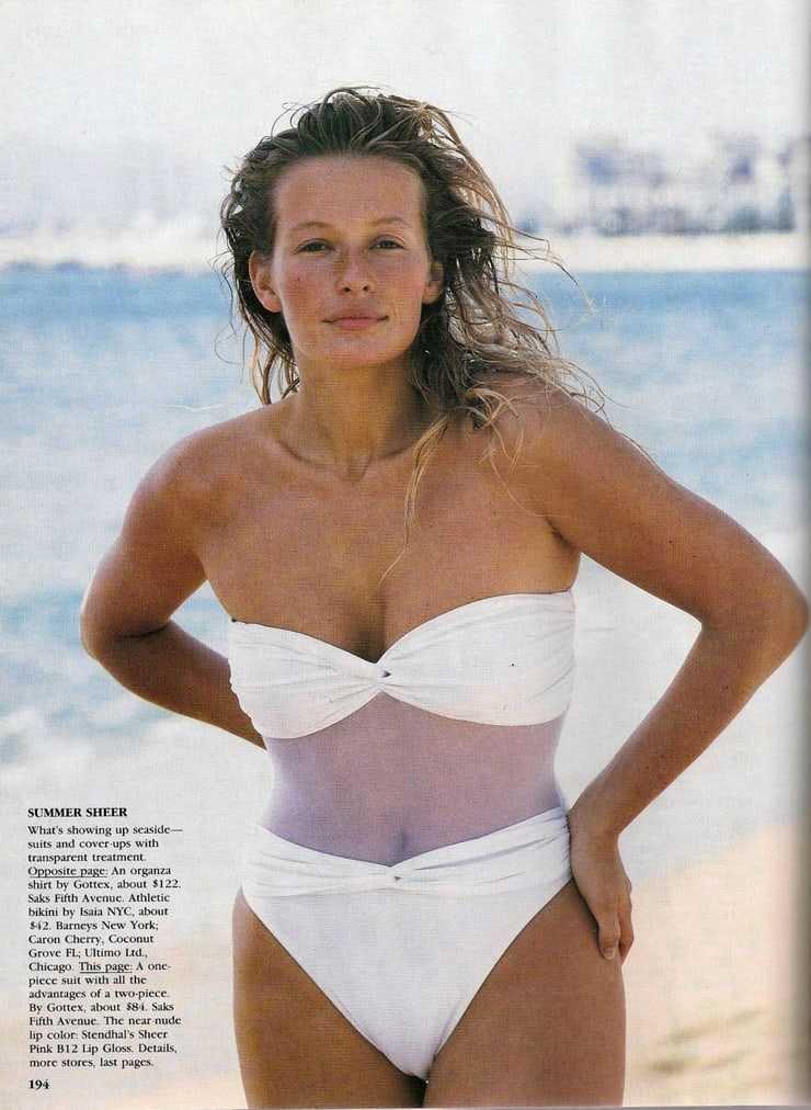 Estelle Lefébure hot cleavage