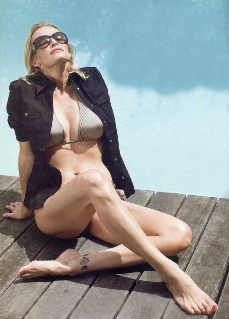 Estelle Lefébure sexy bikini