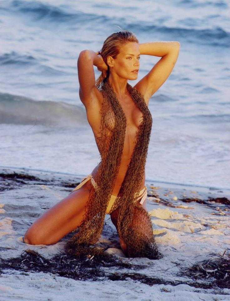 Heidi Albertsen sexy side boobs pic