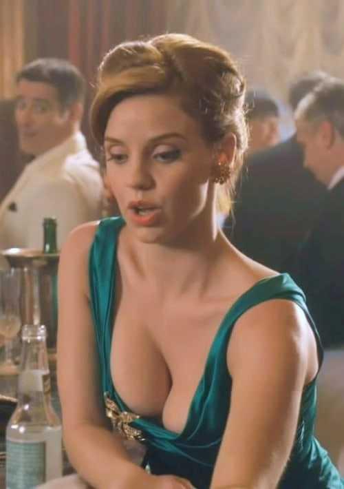 Kelli Garner hot cleavage pic