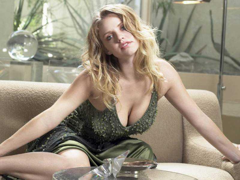 Kelli Garner sexy look pic