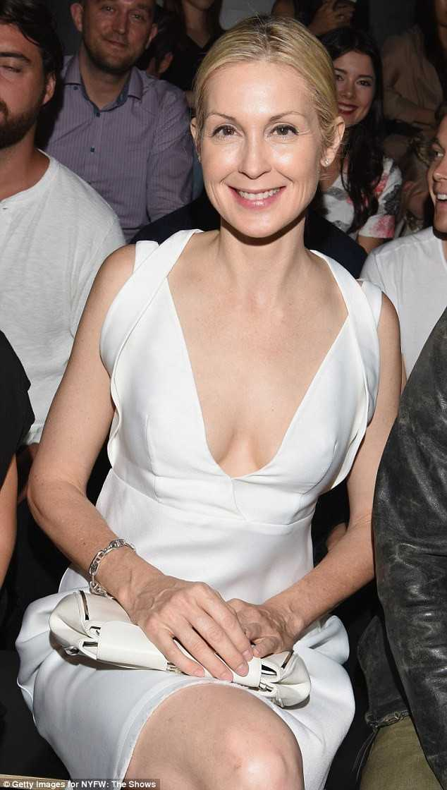 Kelly Rutherford sexy cleavage pic