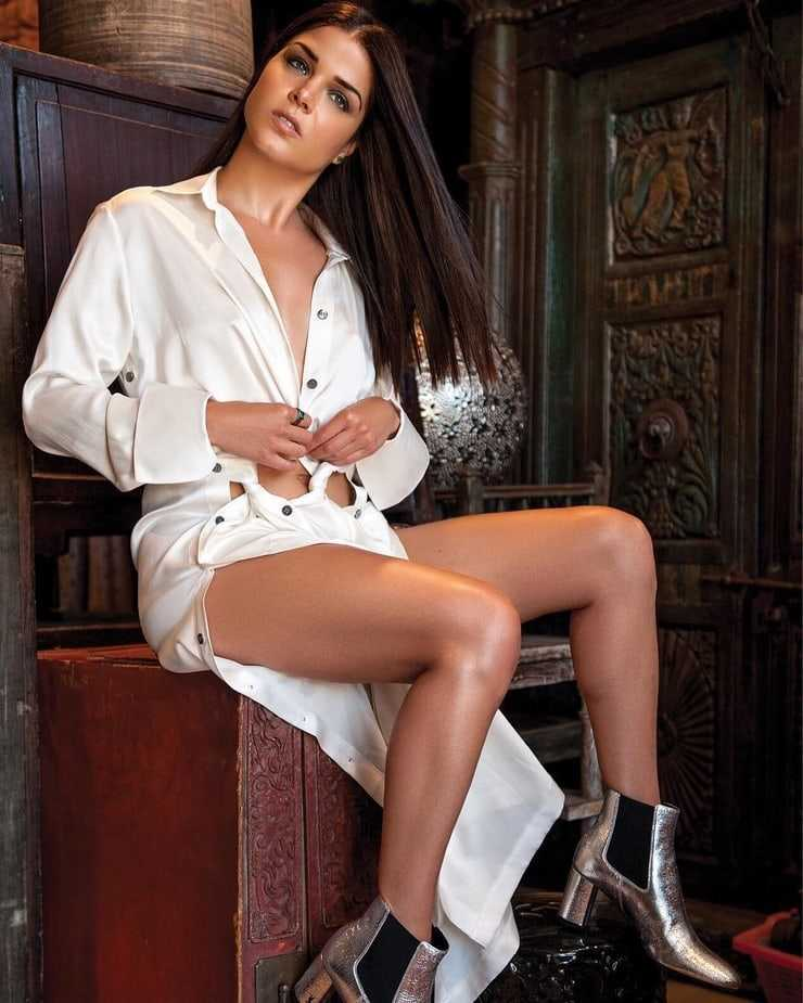 Marie Avgeropoulos bare feet