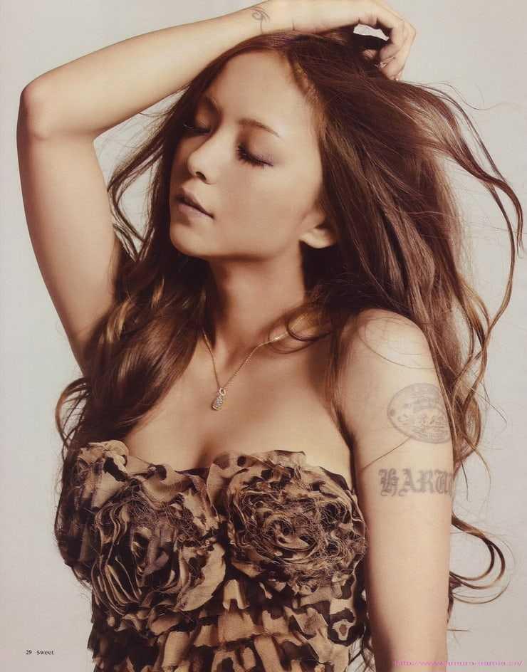 Namie Amuro hot cleavage