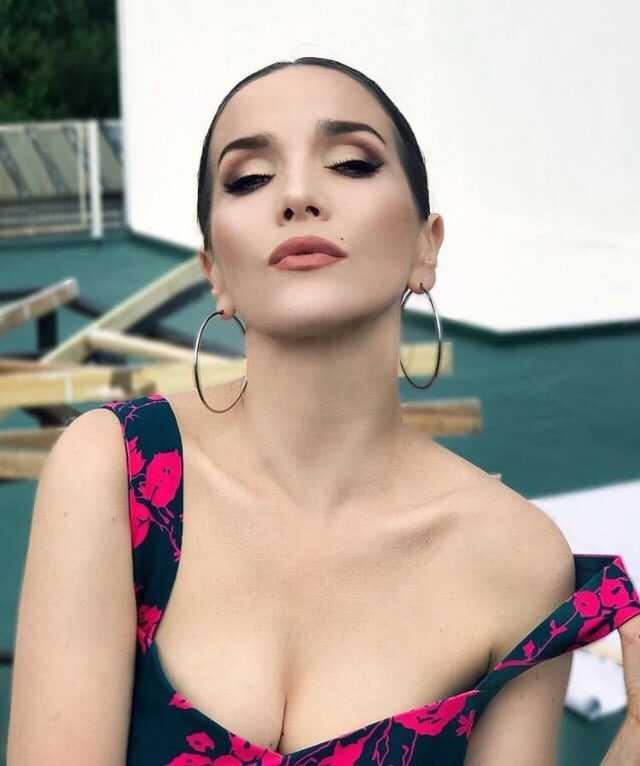 Natalia Oreiro big boobs cleavage
