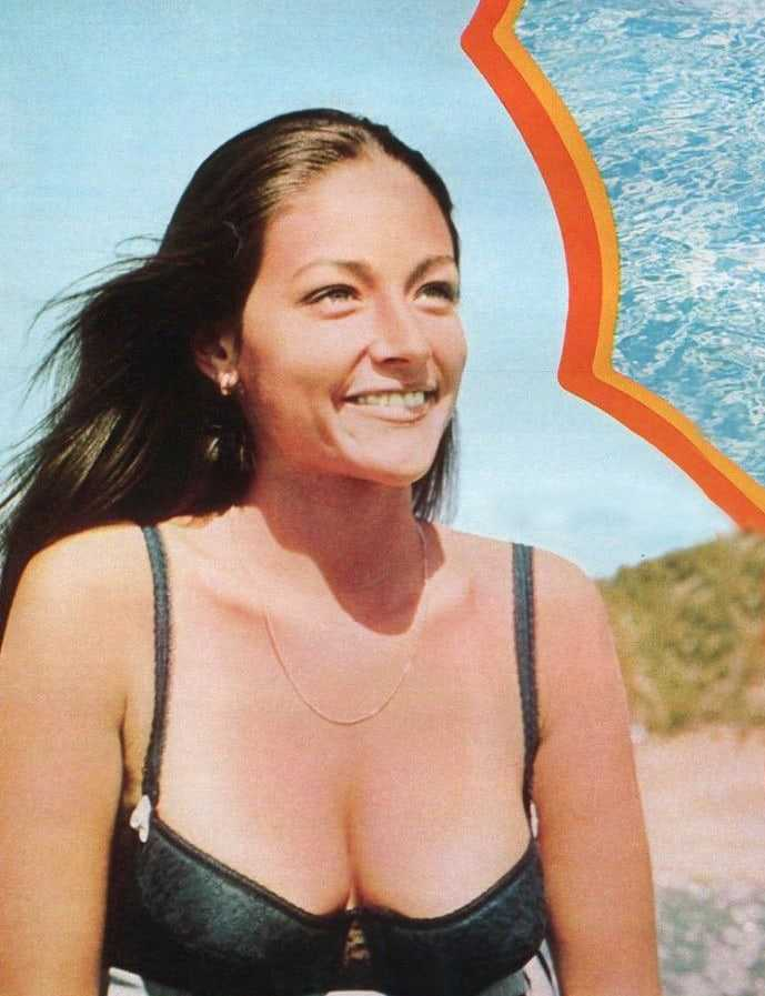 Olivia Hussey hot cleavage pic