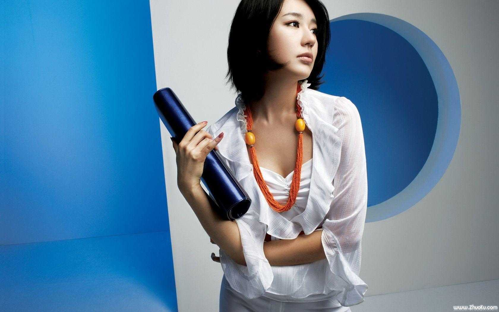 Park Shin-hye cleavage