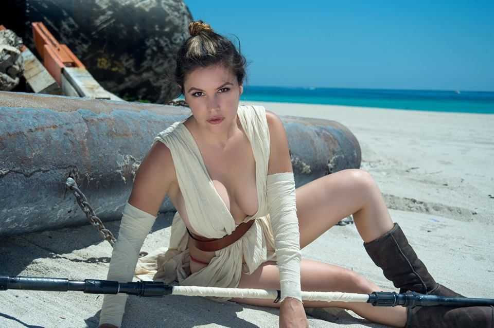 Rey hot cleavage pic