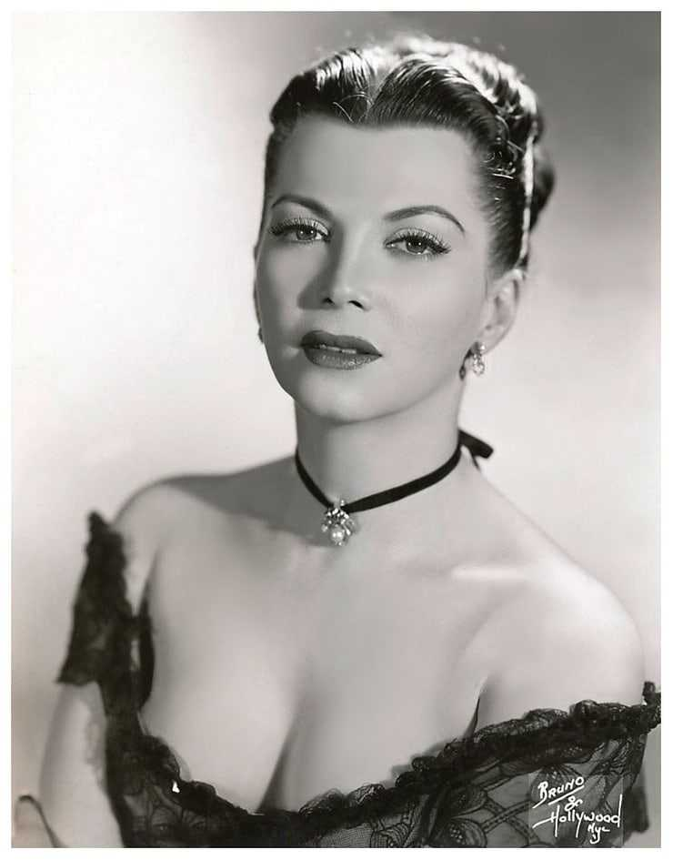 Sherry Britton hot cleavage pic