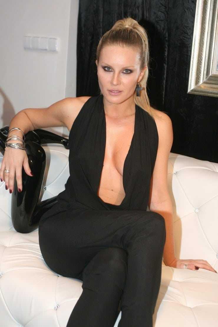 Simona Krainova hot cleavage pic