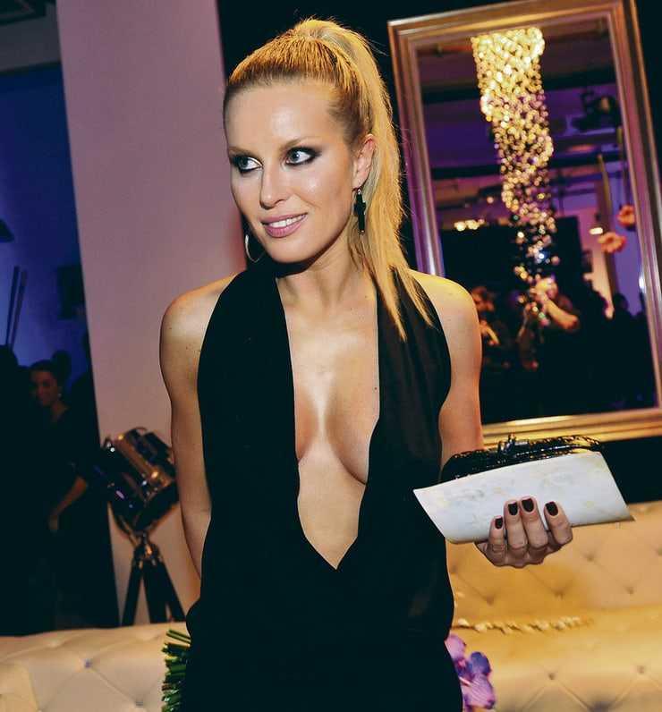 Simona Krainova sexy cleavage pic