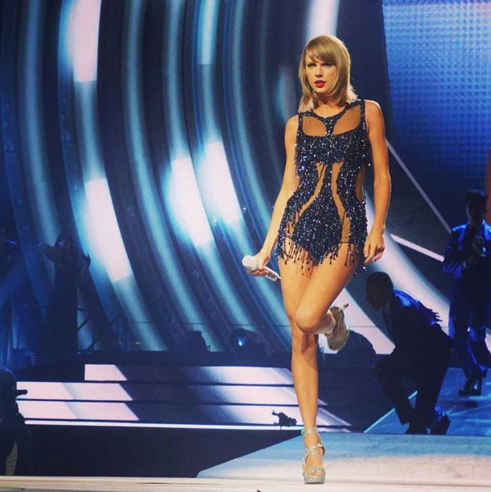 Taylor Swift sexy pics (1)
