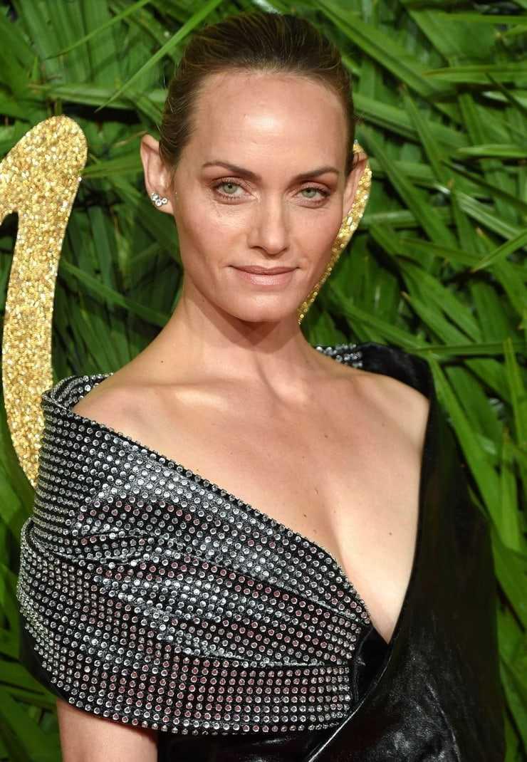amber valletta cleavage pics