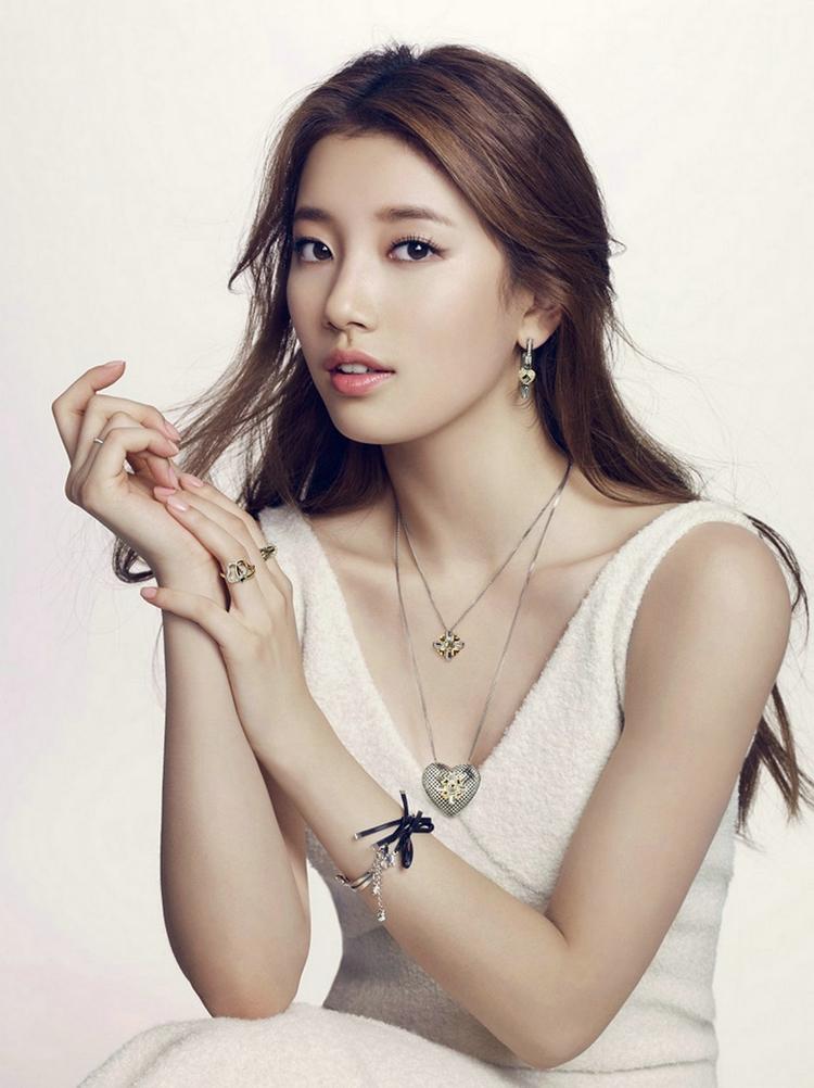 Bae Suzy side boobs