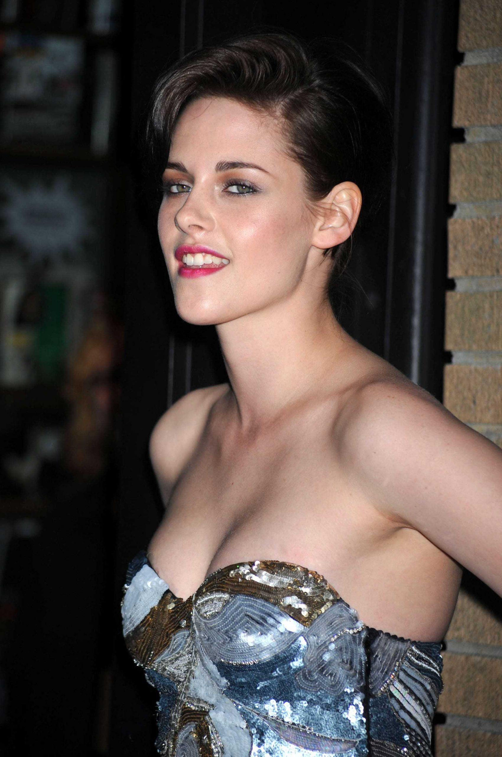 Kristen Stewart sexy cleavage