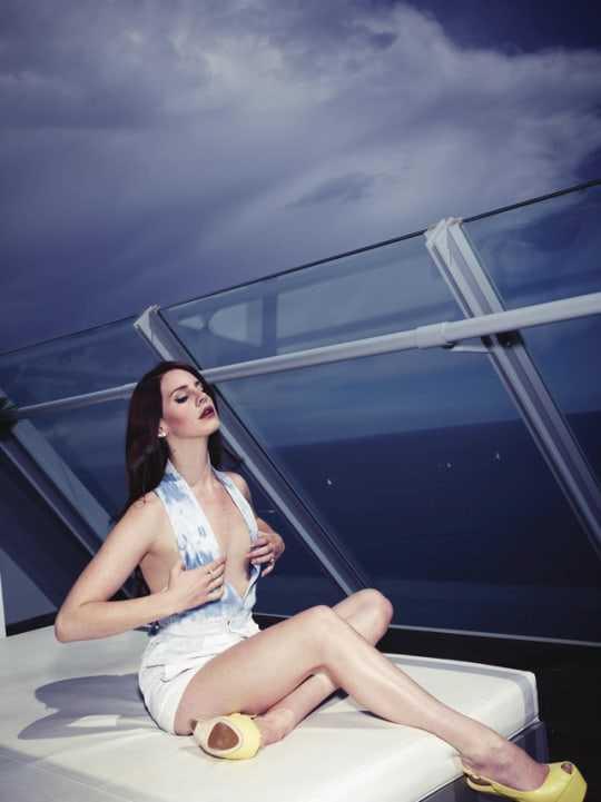 Lana Del Rey cleavage