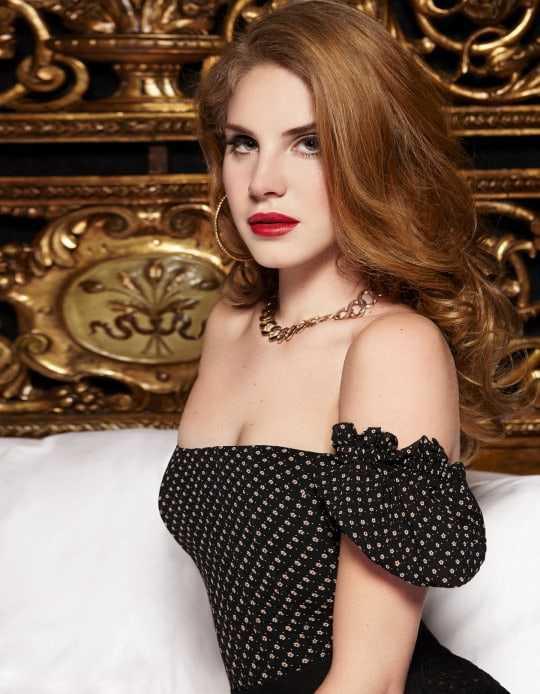 Lana Del Rey sexy cleavage