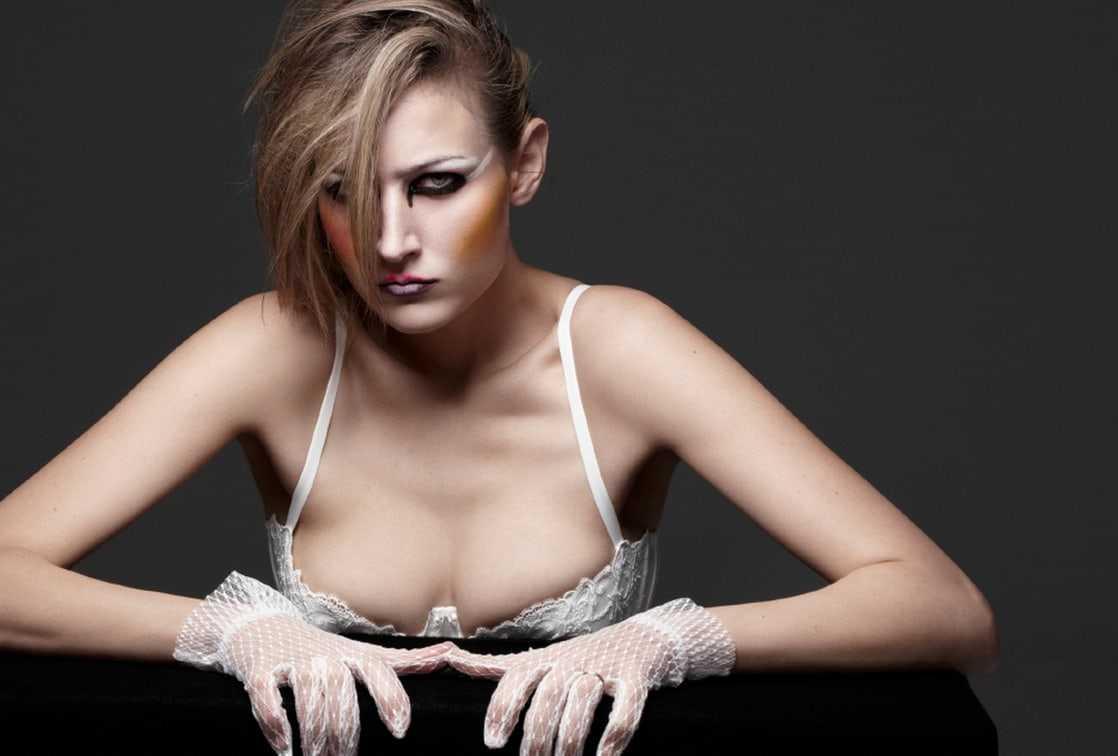 Leelee Sobieski cleavage